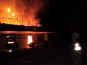 Situasi kebakaran di SMA Widya Kutoarjo, Kamis (30/09/2021) sekitar jam 18.00 WIB - foto: Sujono/Koranjuri.com