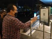 Wakil Gubernur Bali Tjokorda Oka Artha Ardhana Sukawati mencoba aplikasi PeduliLindungi saat memantau pelaksanaan prokes di pusat perbelanjaan moderen di Bali yang mulai dibuka dengan prokes ketat - foto: Istimewa