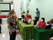 Rektor Universitas Muhammadiyah Purworejo, Dr. Rofiq Nurhadi, M.Ag, saat meninjau pelaksanaan vaksinasi massal, Jum'at (03/09/2021) - foto: Sujono/Koranjuri.com