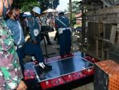 Polisi Militer AL (Pomal) dan Tim Intel Lantamal I TNI AL menggerebek pesta narkoba dan perjudian di Kawasan Benteng Sungai Deli, Medan Labuhan - foto: Istimewa
