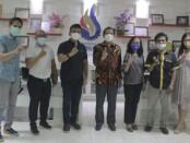 Wakil Bupati Jembrana I Gede Patriana Krisna (baju kaos hitam) bersama staf Bagian Humas dan Protokol berkunjung ke ITB STIKOM Bali, Renon, Denpasar, Kamis (09/09/2021) malam - foto: Istimewa