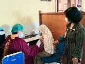 Kepala SMPN 2 Purworejo, Yosiyanti Wahyuningtyas, M.Pd, saat memantau jalannya vaksinasi, Kamis (16/09/2021) - foto: Sujono/Koranjuri.com