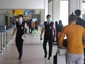 Petugas di Bandara Internasional Ngurah Rai Bali melakukan inspeksi penerapan prokes kepada calon penumpang pesawat - foto: Istimewa