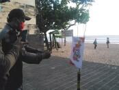 Daerah tujuan wisata pantai Legian, Kabupaten Badung, Bali menerapkan Scan QR Code bagi pengunjung yang masuk ke areal wisata - foto: Koranjuri.com