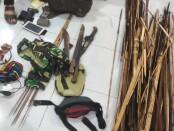 Sejumlah senjata yang diamankan dalam penggerebekan diantaranya, 26 Butir amunisi 5,6 5TJ, 8 butir amunisi 38 SPC, sebuah Magazine M-16, termasuk puluhan sajam dan anak panah - foto: Istimewa