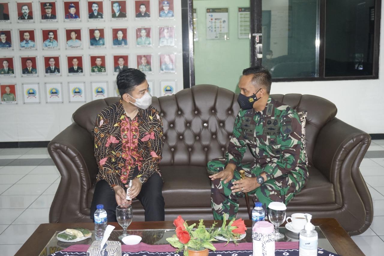 Keterangan gambar : Dandim 0735/Surakarta  tengah berbincang dengan Walikota Solo Gibran Rakabumingraka di sela sela acara penyerahan bantuan tunai untuk PKL dan warung/ Foto: Pendim/koranjuri