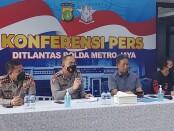 Dirlantas Polda Metro Jaya Kombes Sambodo dan Direktur Kriminal Umum Polda Metro Jaya Kombes Tubagus Ade Hidayat memberikan keterangan pers terkait penemuan mayat perempuan di jalan tol - foto: Istimewa