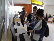 Skrining aplikasi PeduliLindungi yang dilakukan penumpang di Bandara Internasional I Gusti Ngurah Rai Bali - foto: Istimewa