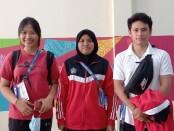 Rico (kanan) dengan kedua rekannya Kadek Dwi Putri (kiri) dan Savitri Mirzaela (tengah) - foto: Yan Daulaka/Koranjuri.com