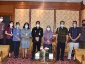 Wawali Kota Denpasar I Kadek Agus Arya Wibawa (tengah) foto bersama para kadis dan tim riset ITB STIKOM Bali - foto: Istimewa