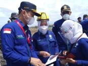 Kepala BMKG Dwikorita Karnawati (helm kuning), saat melakukan evaluasi jalur evakuasi terhadap bahaya tsunami di pesisir pantai selatan Purworejo, Rabu (06/10/2021) - foto: Sujono/Koranjuri.com