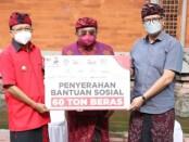 Gubernur Bali Wayan Koster menerima bantuan beras sebanyak 60 ton dari Otoritas Jasa Keuangan, Forum Komunikasi Lembaga Jasa Keuangan (FKLJK) Provinsi Bali dan industri secara mandiri - foto: Istimewa