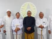 Dari kiri: Nararya Narotama, Made Mangku Sulasa Jaya, Ida Pandita Mpu Jaya Brahmananda, Ida Pandita Mpu Nabe Jaya Acharyananda, Ida Pandita Mpu Acharya Jaya Daksa Vedananda, dan I Made Sarjana - foto: Istimewa