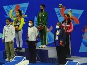 Eva Lilian (kanan) raih perunggu renang 200 meter gaya Dada Putri di PON Papua - foto: Yan Daulaka/Koranjuri.com