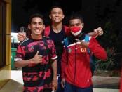 Cakti Dwi Putra (tengah) diapit Cornes dan Julio Bria. Ketiganya lolos ke final tinju pada Pon Papua - foto: Yan Daulaka/Koranjuri.com