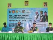 KH Achmad Chalwani, Pengasuh Ponpes An Nawawi dan Dandim 0708 Purworejo Letkol Lukman Hakim, saat membuka kegiatan Vaksinasi di MA An Nawawi Berjan Purworejo, Rabu (19/09/2021) - foto: Sujono/Koranjuri.com