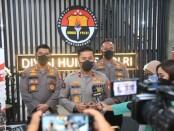 Karopenmas Divisi Humas Polri Brigadir Jenderal Rusdi Hartono menggelar konferensi pers terkait temuan jenasah mantan Bupati Yahukimo, Senin, 4 Oktober 2021 - foto: Istimewa