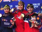 Kadek Astini (kanan) raih perunggu nomor tinggal putri - foto: Yan Daulaka/Koranjuri.com