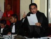 Hotma Sitompul membacakan nota keberatan pada sidang perdana kasus pembunuhan Engeline dengan terdakwa Margriet C. Megawe di PN Denpasar, Kamis, 22 Oktober 2015 - foto: Koranjuri.com