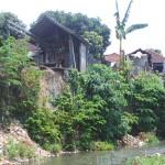 Bantaran Sungai Pengastulan, Kecamatan Seririt, Buleleng, yang terkikis akibat senderan jebol - foto: Bali Editor