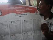 Seorang relawan menunjukkan surat suara pemilihan umum anggota DPRD pada Pemilihan Legislatif 2014 lalu -  foto: Koranjuri.com