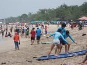 Wisatawan di pantai Kuta - foto: Koranjuri.com