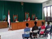 Sidang kasus imigran gelap di PN Ba'a yang menghadirkan saksi tukan ojek dan dua anggota polisi - foto: Isak Doris Faot