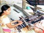 Bagi perempuan di pulau Rote Ndao, NTT, menenun menjadi sebuah keharusan dan kewajiban yang sangat penting dalam tradisi mereka - foto: Isak Doris Faot