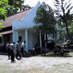 Polisi dari Polres  Grabag, Purworejo melakukan kerja bakti bersih-bersih Gereja Kristen Jawa (GKJ) Tlepok menjelang ibadah perayaan Natal, 25 Desember 2015 - foto: Sujono
