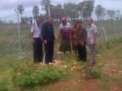 Sekda Rote Ndao, Jonnas Selly bersama pemilik lahan yang dihibahkan untuk perluasan Bandara DS Saudale - foto: Isak Doris Faot