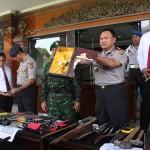 Kapolda Bali,  Irjen. Pol. Sugeng Priyanto menunjukkan ratusan sajam dan senpi setelah sweeping di Lapas Kerobokan - foto: IB Alit
