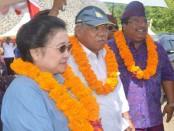 Megawati Soekarno Putri bersama Menteri PU-Pera, Basuki Hadimuljono dan Bupati Buleleng, Putu Agus Suradnyana pada saat seremonial penggenangan Wadiuk Titab, di Buleleng, Bali - foto: be
