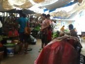 Suasana pasar Metina atau yang dikenal dengan 'Pasar Hantu' ramai menjelang Natal - foto: Isak Doris Faot