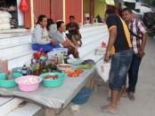 Pasar Metina di Ba'a Kabupaten Rote Ndao sepi pengunjung akibat tidak ada pasokan sembako karena dampak cuaca buruk di perairan Timor - foto: Isak Doris Faot/Koranjuri.com