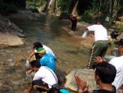 Pewarta Purworejo melakukan penanaman pohon dan menebar benih ikan dalam rangkaian Hari Pers Nasional 2016  - foto: Sujono