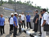 Ketua Komisi II DPRD Kabupaten Buleleng melakukan sidak di Waduk Titab paska bendungan tersebut mengeluarkan suara keras mirip ledakan - foto: BE