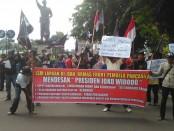 Unjuk rasa turunkan LSM dan Ormas di Kota Solo yang mendesak Presiden Jokowi mencopot Menteri LHK terkait kebijakan kantong plastik berbayar yang dianggap justru akan menaikkan harga kantong plastik dan menguntungkan pengusaha - foto: Djoko Judiantoro/Koranjuri.com
