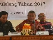 Dewa Kade Wiarsa Raka Sandhi (kiri)-Arif Budiman (tengah) saat menggelar Rapat Koordinasi dan Sosialisasi Pilkada langsung 2017 dan 2018 - foto: Wahyu Siswadi/Koranjuri.com