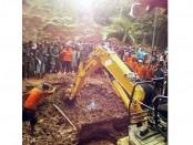 Pencarian korban tanah longsor di Desa Penungkulan, Kecamatan Gebang, Purworejo dengan menggunakan alat berat - foto: Sujono/Koranjuri.com