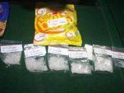 Hasil tangkapan Polresta Denpasar berupa 981 butir pil ekstasu dan 25,78 gram sabu-sabu pada 5 Desember 2012 lalu.Narkoba itu dikemas dalam bentuk barang paketan yang dibawa oleh pedagang sayur di jalan Pulau Batam III, Denpasar - foto: Wahyu Siswadi/Koranjuri.com