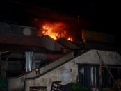 Pasar Badung yang merupakan pasar terbesar di Bali hari ini, Senin, 29 Februari 2016 terbakar. Hampir seluruh bangunan 4 lantai itu luluh lantak dilalap si jago merah - foto: Wahyu Siswadi/Koranjuri.com