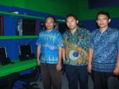 Manajemen SMK Ilkom Ganseha Udayana di lab. komputer yang akan digunakan sebagai tempat penyelenggaraan UNBK - foto: Wahyu Siswadi/Koranjuri.com