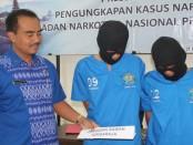 Dua tersangka pengedar narkoba, WS dan CW yang dicokok BNN Provinsi Bali di Singaraja. Dua pengedar ini disebut sebagai jaringan Sawan Singaraja - foto: Ida Bagus Alit