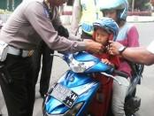 Polisi Kebumen bagi-bagi helm saat hari terakhir Operasi Simpatik Candi 2016, Senin (21/3) - foto: Sujono/Koranjuri.com
