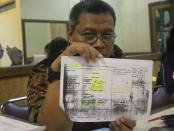 Juru bicara TISS tengah menunjukan bukti dokumen RVE 295.Foto: koranjuri.com
