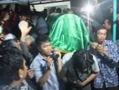 Jenasah Siyono Saat akan di makamkan .Foto: Koranjuri.com