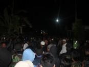 ketegangan antara Dalmas kepolisian dan laskar umat islam saat kedatangan jenasah Siyono. Foto: Koranjuri.com