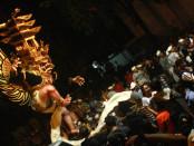 Ribuan orang berkumpul di lapangan I Gusti Ngurah Made Agung atau lebih dikenal dengan sebutan Lapangan Puputan Badung. Mereka menyaksikan atraksi Ogoh-ogoh pada malam Pengerupukan, Selasa, 8 Maret 2016 - foto: Wahyu Siswadi/Koranjuri.com