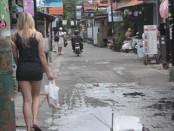 Suasana Gang Poppies Lane di Kuta yang terkenal sebagai kampung bule di Bali - foto: Wahyu Siswadi/Koranjuri.com | foto Ilustrasi