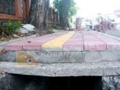 Proyek Pemeliharaan jalan di kawasan Teuku Umar Denpasar. Plat beton lama dari bongkaran  yang dipasang kembali terlihat melengkung dan ada retakan menganga - foto: Wahyu Siswadi/Koranjuri.com